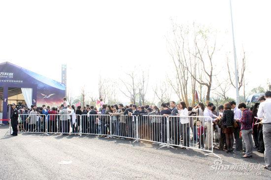 市民们在篷房展示区前排起了长队